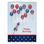 Cumpleaños el 4 de julio. Estrellas, rayas, globos Felicitación