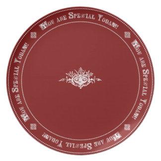Cumpleaños especial rojo del honor de la familia d platos para fiestas