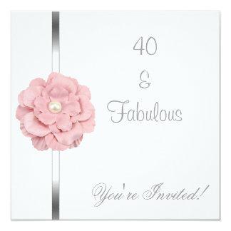 Cumpleaños fabuloso de la flor blanca rosada de la invitación 13,3 cm x 13,3cm