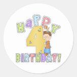Cumpleaños feliz de los muchachos 4to pegatinas redondas