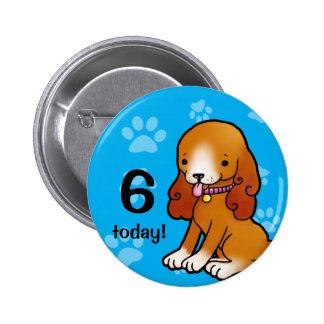 Cumpleaños marrón del perrito del dibujo animado pin redondo 5 cm