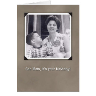 Cumpleaños para la mamá, tarjeta chistosa de la