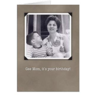 Cumpleaños para la mamá, tarjeta chistosa de la fo