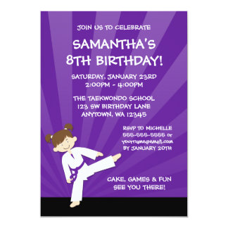 """Cumpleaños púrpura de la correa del karate del invitación 5"""" x 7"""""""