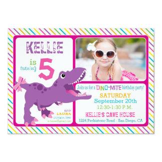 """Cumpleaños púrpura de la raya del dinosaurio de invitación 4.5"""" x 6.25"""""""