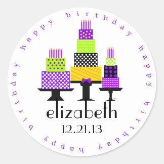Cumpleaños púrpura de las tortas de cumpleaños pegatina redonda