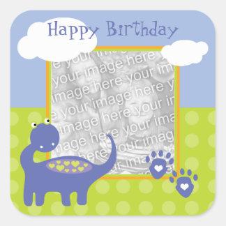 Cumpleaños púrpura del dinosaurio con la foto de calcomanía cuadrada