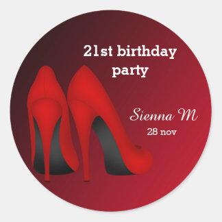 Cumpleaños rojo de los estiletes pegatina redonda