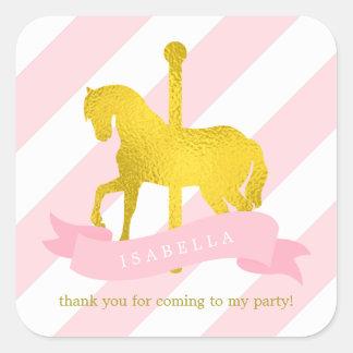 Cumpleaños rosado del caballo del carrusel pegatina cuadrada
