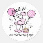 Cumpleaños rosado del caniche etiqueta redonda