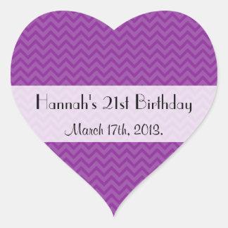 Cumpleaños - zigzag (Chevron), rayas - púrpura Pegatinas Corazon Personalizadas