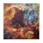 Cúmulo de estrellas anaranjado y azul con las estr azulejos