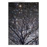 Cúmulo de estrellas cósmico del árbol de navidad tarjeton