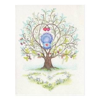Cuna del bebé en un árbol de corazones y del amor postal