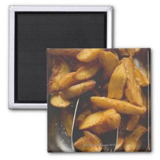 Cuñas de la patata con la sal (detalle) imán cuadrado