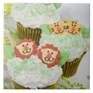 Cupcakes. animales del fiesta del safari azulejo cuadrado grande