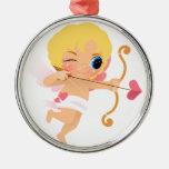 Cupid alrededor para tirar una flecha del corazón adorno redondo plateado