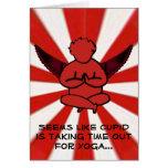 Cupid que hace la yoga - la tarjeta de la tarjeta