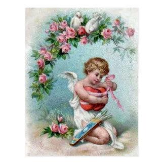 Cupid que lleva a cabo el corazón postales
