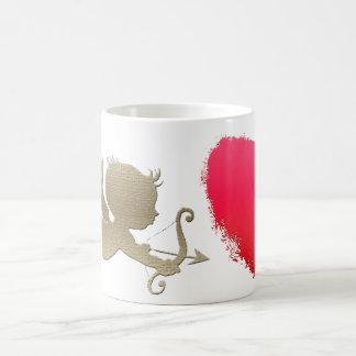 Cupid que persigue un corazón, en una taza clásica