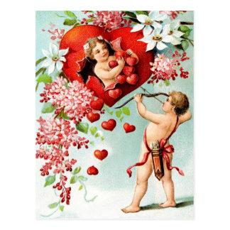 Cupid y una ducha de corazones tarjeta postal