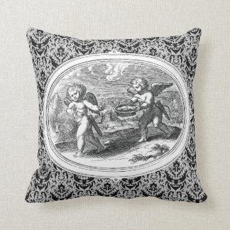 Cupids en un grabado de la antigüedad del paisaje cojín