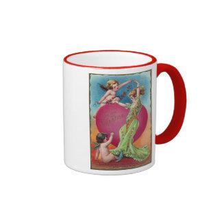 Cupids que adornan el corazón grande de la mujer tazas de café