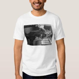 Curandero esquimal y muchacho enfermo en Alaska Camisas