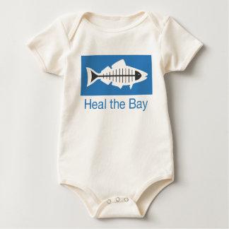 Cure el logotipo básico de la bahía traje de bebé