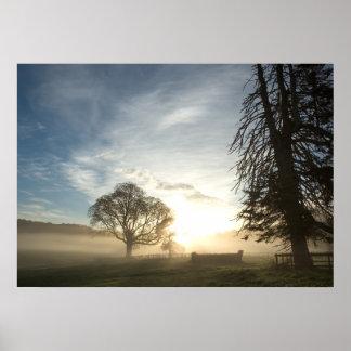 Curso a campo través en el amanecer póster