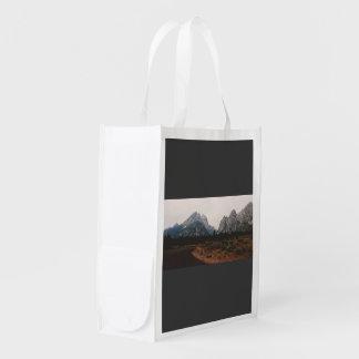 Curva en un camino lejos de la montaña bolsas reutilizables