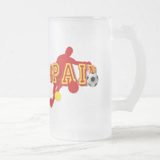 Curva española de los jugadores de fútbol que jarra de cerveza esmerilada