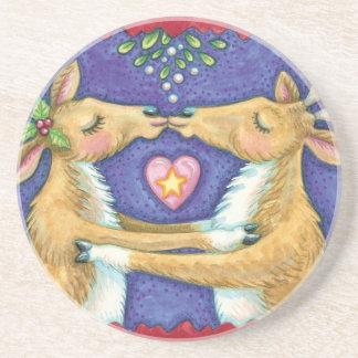 Cute Christmas Reindeer, Romantic Kiss w Mistletoe Drink Coaster
