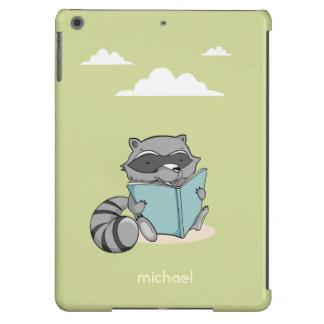 Cute grey raccoon cartoon reading book. Green case Funda Para iPad Air
