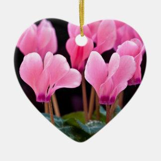 Cyclamen rosado adorno navideño de cerámica en forma de corazón