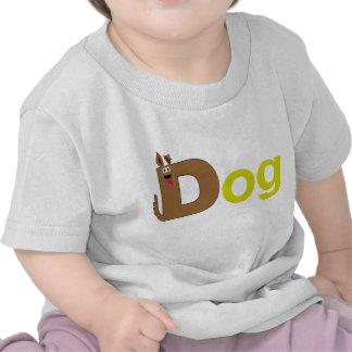D está para la camisa del amarillo del perro