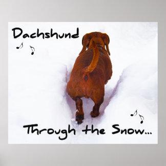 Dachshund a través de la nieve que estralla a trav póster