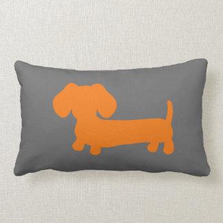 Dachshund anaranjado en gris oscuro cojines