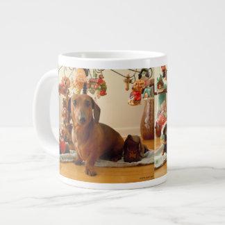 Dachshund del navidad (versión 1) taza de café gigante