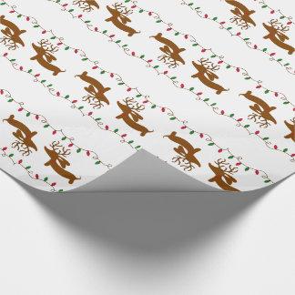 Dachshund del reno en el papel de envoltorio para papel de regalo