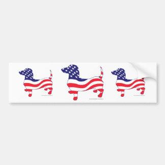 Dachshund en la bandera americana etiqueta de parachoque