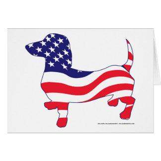 Dachshund en la bandera americana tarjeta de felicitación