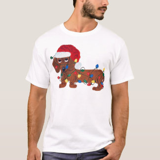 Dachshund enredado en las luces de navidad (rojas) playera