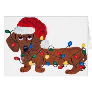 Dachshund enredado en las luces de navidad (rojas) tarjeta de felicitación