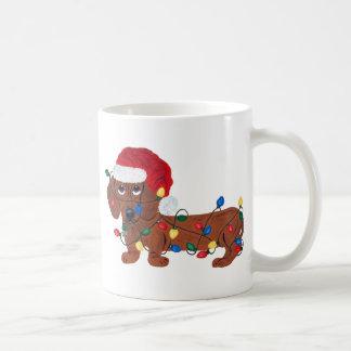 Dachshund enredado en las luces de navidad (rojas) taza de café