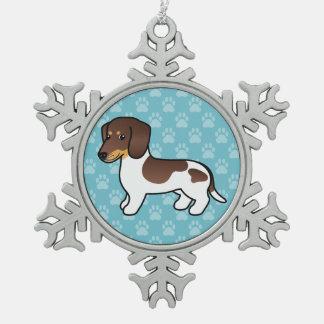 Dachshund liso picazo del chocolate y de la capa adorno de peltre en forma de copo de nieve