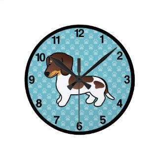 Dachshund liso picazo del chocolate y de la capa reloj redondo mediano