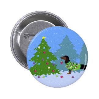Dachshund que adorna el árbol de navidad en bosque pin redondo de 2 pulgadas