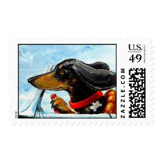 Dachshund que conduce a la playa timbre postal