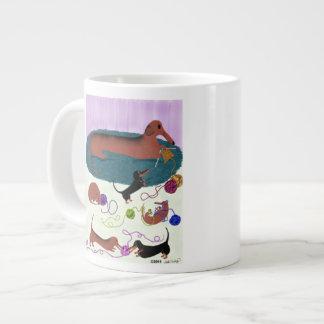 Dachshund que hace punto taza de café gigante